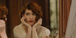 В кино на этой неделе: первый транссексуал, чудо-швабра и похабный Де Ниро