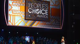 """Кадр из фильма """"39-я ежегодная церемония вручения премии People"""