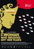 Женщина, смахнувшая свои слезы
