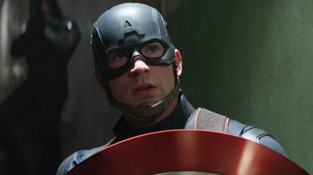 Крис Эванс в образе супергероя по имени Капитан Америка