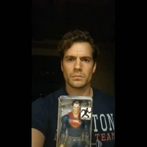 Генри Кавилл отреагировал на слухи о своем уходе с поста Супермена